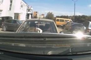 Блондинка на Hyundai влетела во внедорожник на парковке