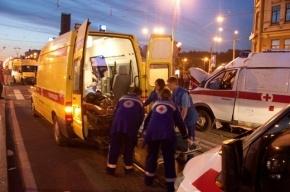 В Петербурге маршрутка врезалась в стену после столкновения с легковым «Фордом»