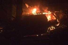 В Петербурге сгорело два автомобиля и автобус