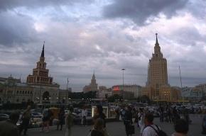 На площади трех вокзалов в Москве из асфальта летели искры