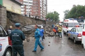 Опорная стена путепровода обрушилась на дорогу в Красноярске