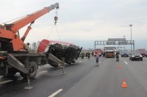 На КАД Петербурга бензовоз перевернулся после столкновения с Toyota