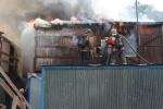 На Орловской улице в центре Петербурга загорелись строительные бытовки: Фоторепортаж