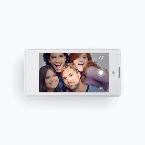 Первый российский смартфон YotaPhone: Фото