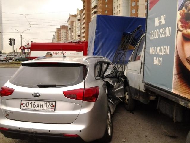 На Савушкина грузовик упал в подземный переход: Фото