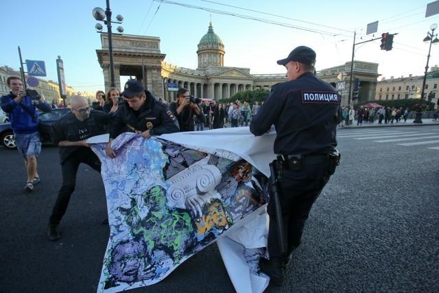 Акция арт-группы «Война», картина на Невском: Фото