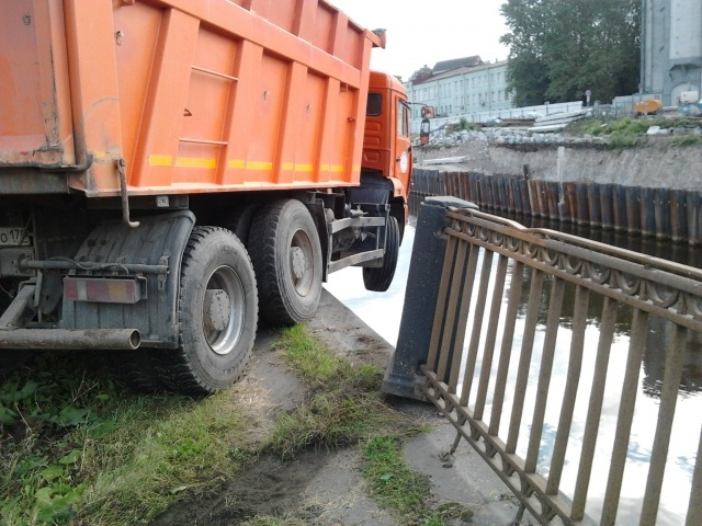 «КамАЗ» повис над Обводным каналом: Фото