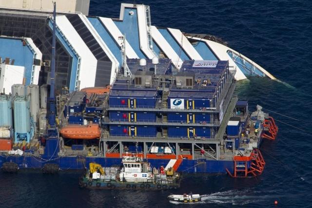 Затонувший лайнер Costa Concordia: Фото
