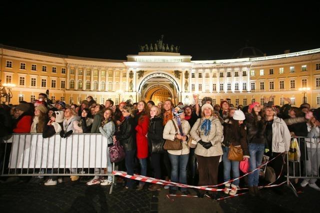 На Дворцовой площади под искусственным снегом снимали фильм «Елки-3»: Фото
