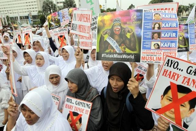 """Акции против проведения конкурса """"Мисс мира"""" продолжаются в Индонезии : Фото"""
