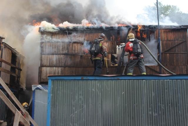 На Орловской улице в центре Петербурга загорелись строительные бытовки: Фото