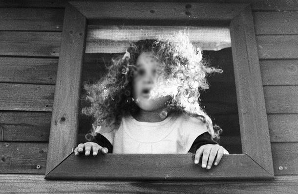 На Светлановском проспекте пятилетняя девочка выпала из окна второго этажа