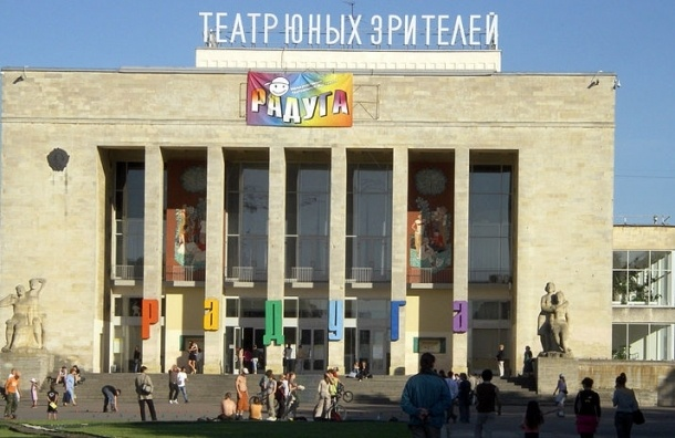 Нелегальный мигрант повесился возле ТЮЗа Петербурга