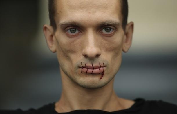 В Петербурге художник зашил себе рот у Казанского собора в поддержку