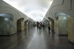Упавший на рельсы в московском метро мужчина погиб