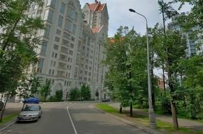 Автомобиль сбил прохожих и врезался в автобус в Москве