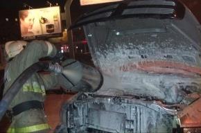 На автостоянке на Ленинском проспекте сгорел Mercedes