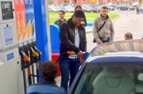 Халк заправляет машины на АЗС в Петербурге