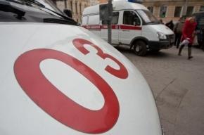 В Петербурге грузовик протаранил остановку, трое ранены