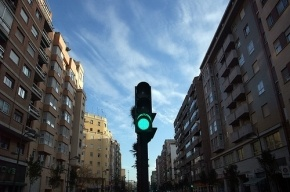 В ДТП на Самойловой пострадали мужчина и светофор
