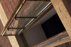 В Ленобласти двухлетняя девочка выпала из окна на третьем этаже