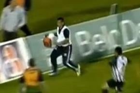 В Бразилии массажист выбежал на поле и дважды спас команду от гола