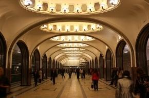 В московском метро человек упал на рельсы и погиб