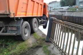 «КамАЗ» пробил ограждение и повис над Обводным каналом