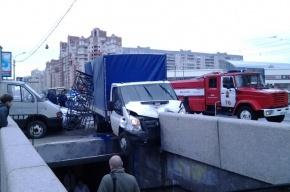 На Савушкина грузовик упал в подземный переход