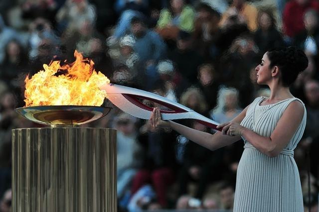 Греция передала России олимпийский огонь. : Фото
