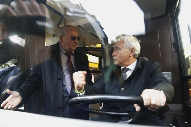 Губернатору показали новые автобусы с wi-fi, которые будут возить петербуржцев: Фото
