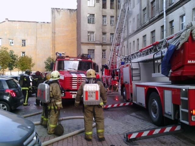 В доме на Таврической улице горит мансарда: Фото