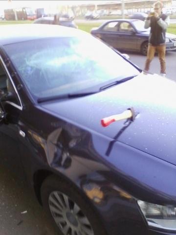 В Купчино топором изрубили машину прокуратуры: Фото