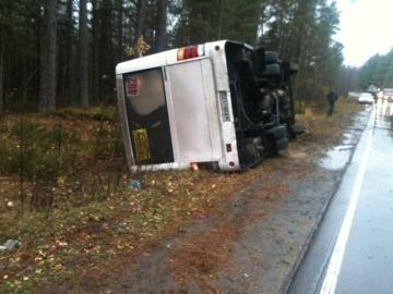В Ленобласти перевернулась маршрутка, три человека пострадали: Фото