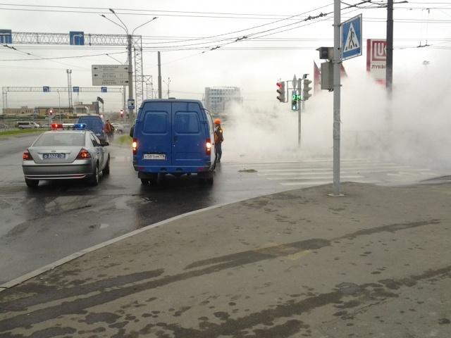 В Выборгском районе Петербурга прорвало трубу с кипятком, 8 октября 2013: Фото