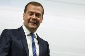 Медведев предложил сократить число чиновников в регионах
