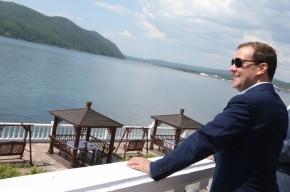 Блогеры: Дмитрий Медведев носит женские очки как у Элтона Джона