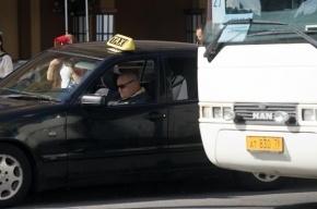 В Петербурге экскурсионный автобус попал в ДТП, один человек погиб