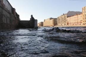 Из-за шторма в Петербурге перекрыли дамбу