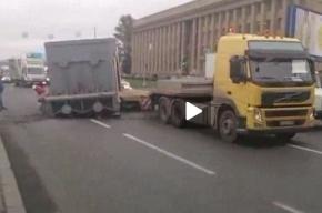 Деталь атомного реактора заблокировала дорогу у моста Александра Невского
