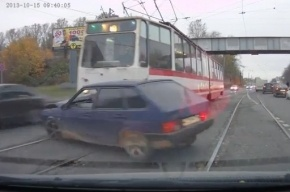 На Ириновском «Лада» с приезжими выехала на пути и попала под трамвай