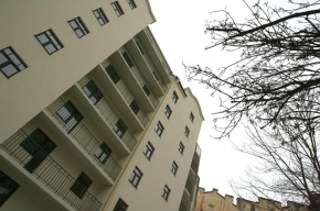 В Кемеровской области мужчина выпал с восьмого этажа и скрылся с места падения