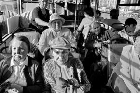 Пенсионерку высадили из автобуса за просьбу убрать эротические картинки