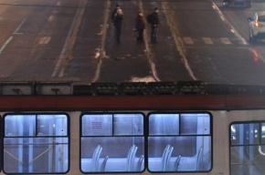 Молодые люди избили вагоновожатого, который не дал им залезть на крышу трамвая