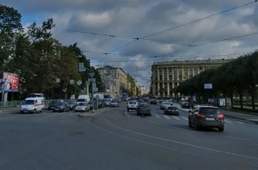 На Петроградке Mercedes вылетел на тротуар и сбил двоих мужчин и девочку