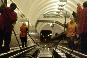 В столичном метро машинист выпал из кабины поезда