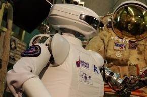 Российские ученые испытывают космического робота-андроида SAR-400