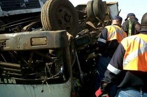 В Ленобласти перевернулся грузовик, пострадали двое