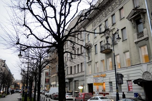 Владимир Котегов рядом со своим домом: Фото