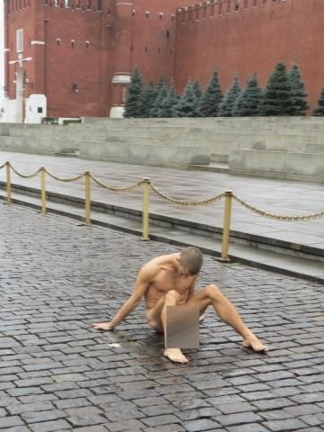 Акция Петра Павленского на Красной площади: Фото